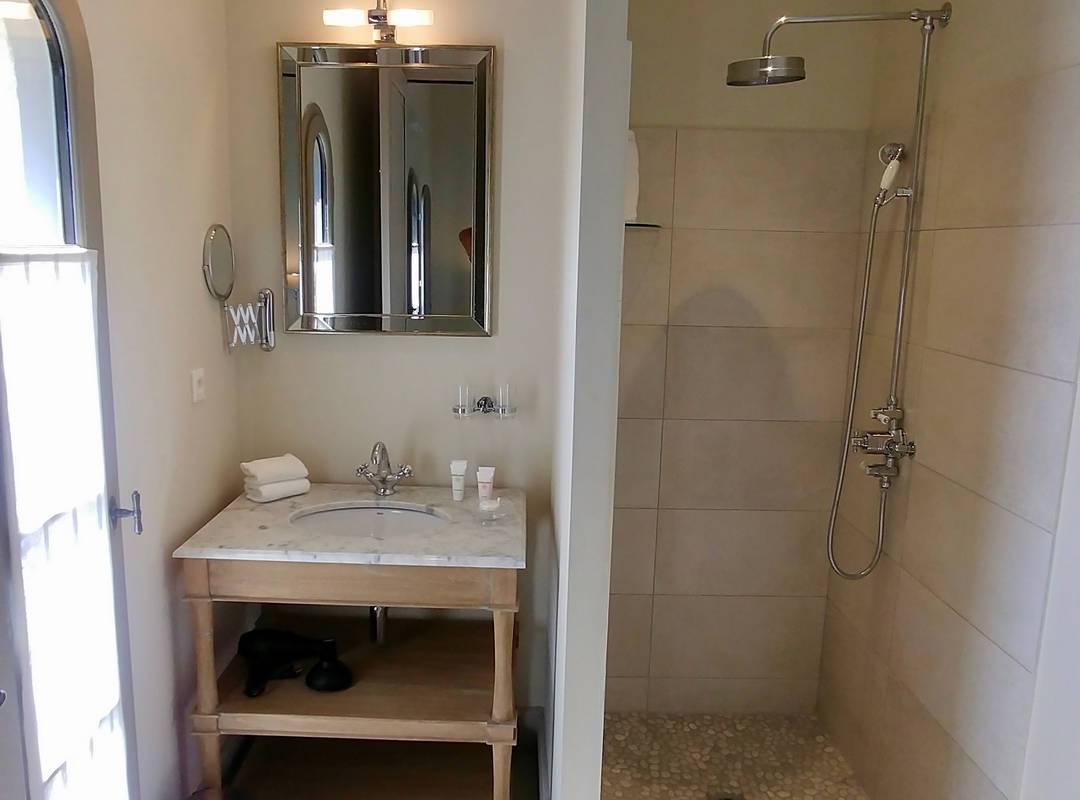 Salle de bain moderne dans notre location de maison dans l'Hérault, le Château St Pierre de Serjac.