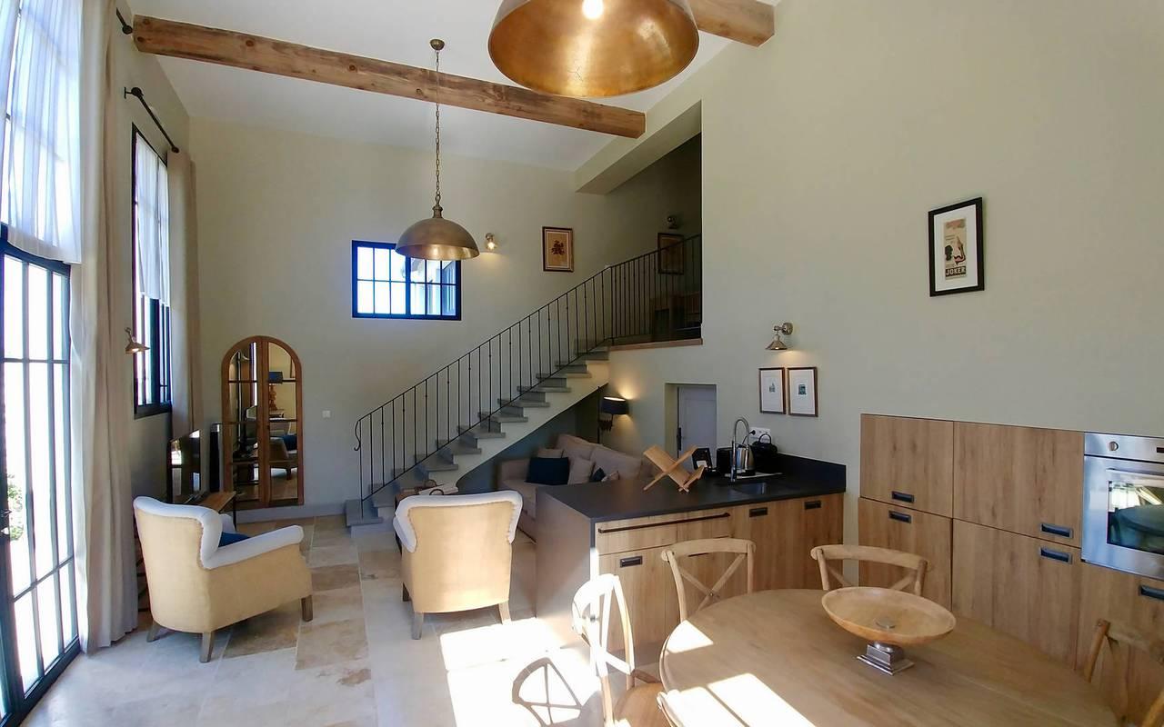 Salon spacieux dans notre location de maison dans l'Hérault, le Château St Pierre de Serjac.