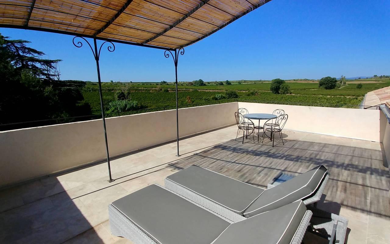 Grande terrasse dans notre location de maison dans l'Hérault, le Château St Pierre de Serjac.