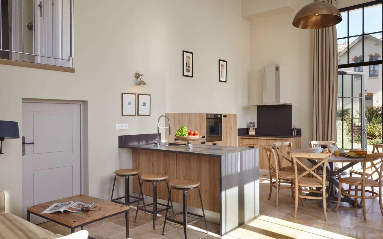 Salon avec cuisine dans notre location de maison dans l'Hérault, le Château St Pierre de Serjac.