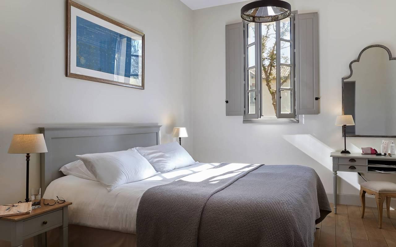 Grande chambre dans notre location de maison dans l'Hérault, le Château St Pierre de Serjac.