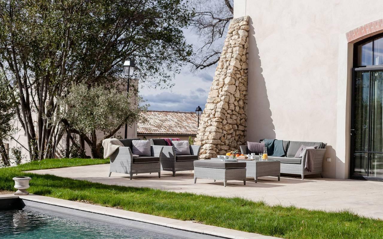 Vue de l'exterieur avec jardin et piscine de notre location de maison dans l'Hérault, le Château St Pierre de Serjac.