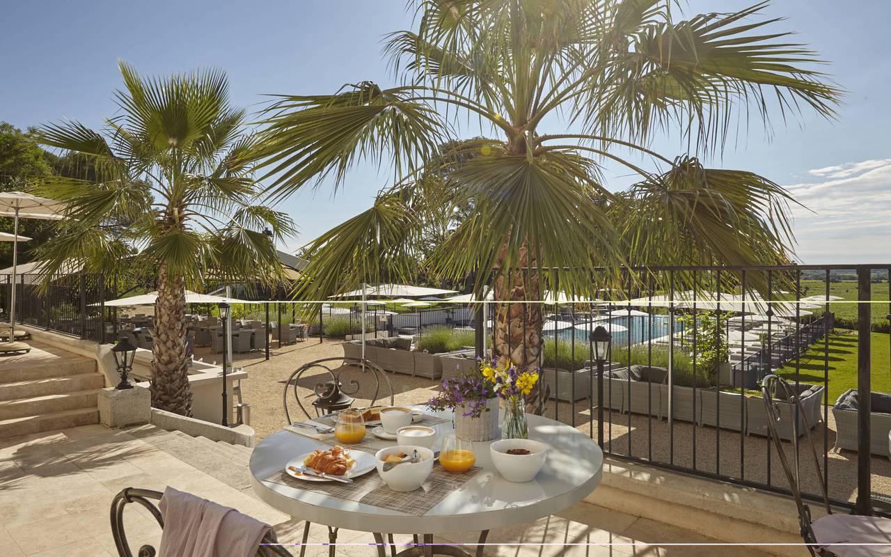 Petit-déjeuner sur la terrasse, location de maison dans l'Hérault, le Château St Pierre de Serjac.