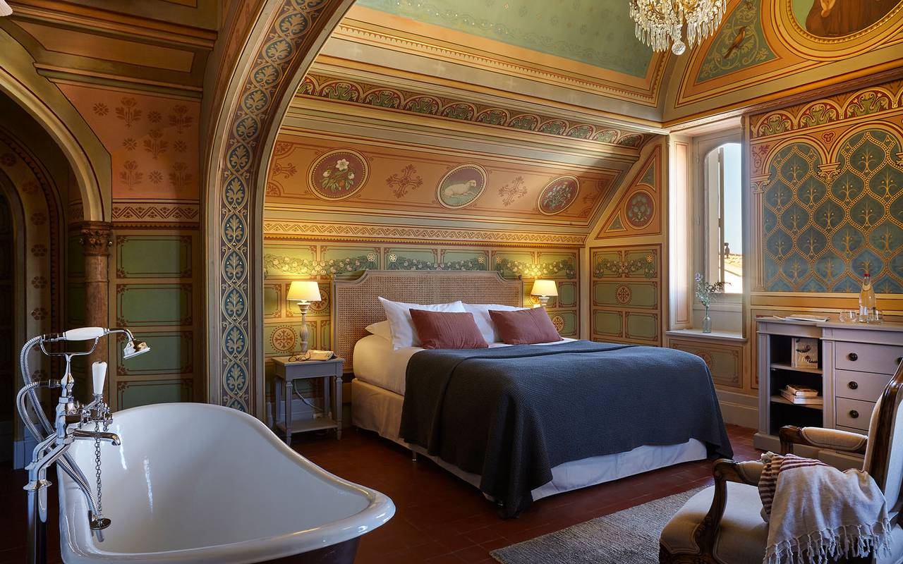 Chambre au décor historique dans notre château en Languedoc Rousillon, Serjac.