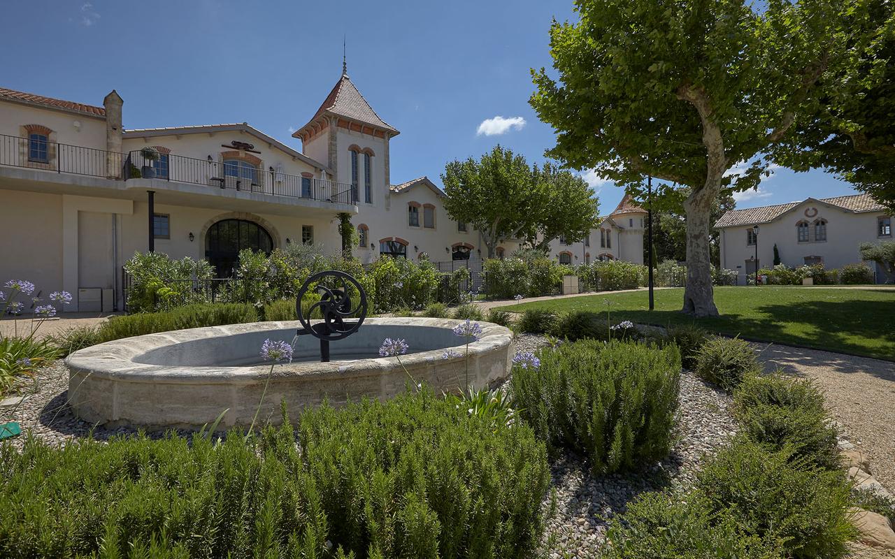 Vue extérieure du parc avec une fontaine dans notre hébergement près de Beziers, Château de St Pierre de Serjac.