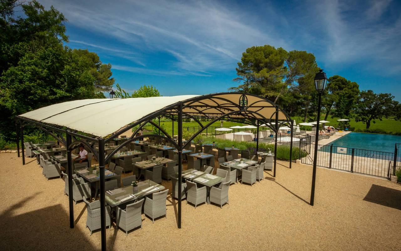 Terrasse de notre restaurant à Puissalicon, au Château St Pierre de Serjac.