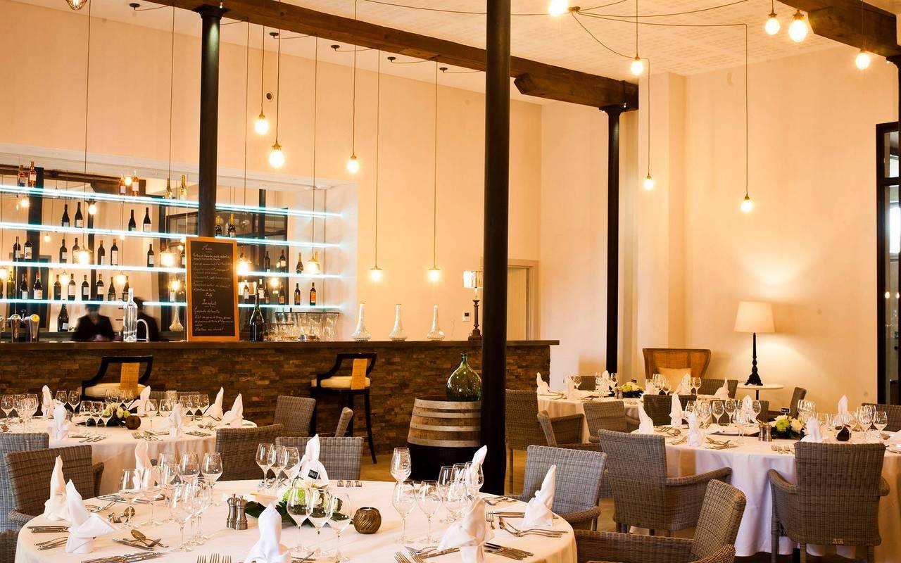 Salle et bar de notre restaurant près de Magalas, Château St Pierre de Serjac.