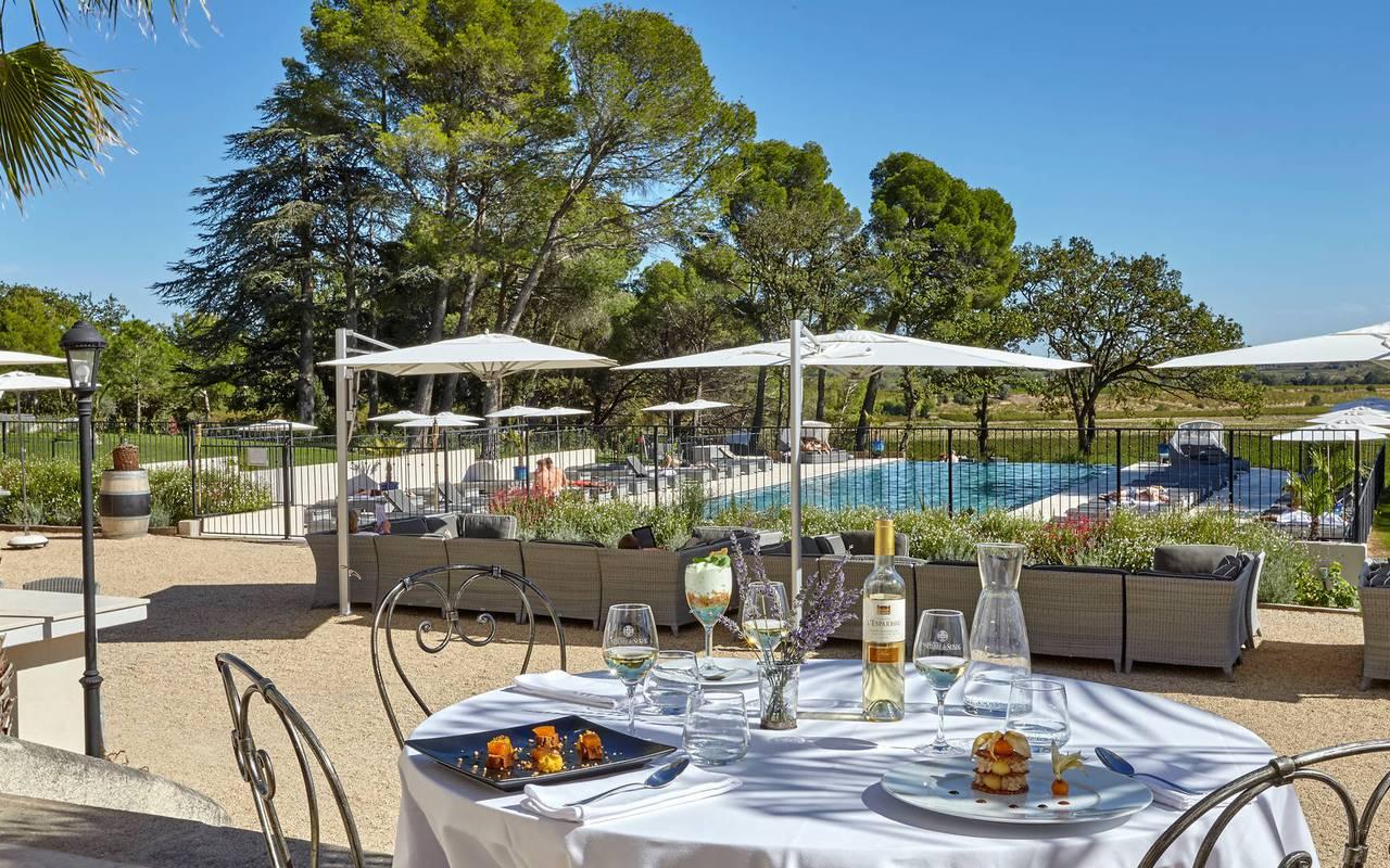 Table sur la terrasse de notre restaurant à Puissalicon, au Château St Pierre de Serjac.