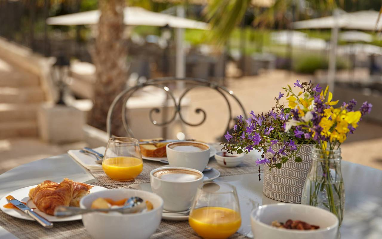 Petit-déjeuner sur la terrasse, restaurant à Puissalicon, au Château St Pierre de Serjac.