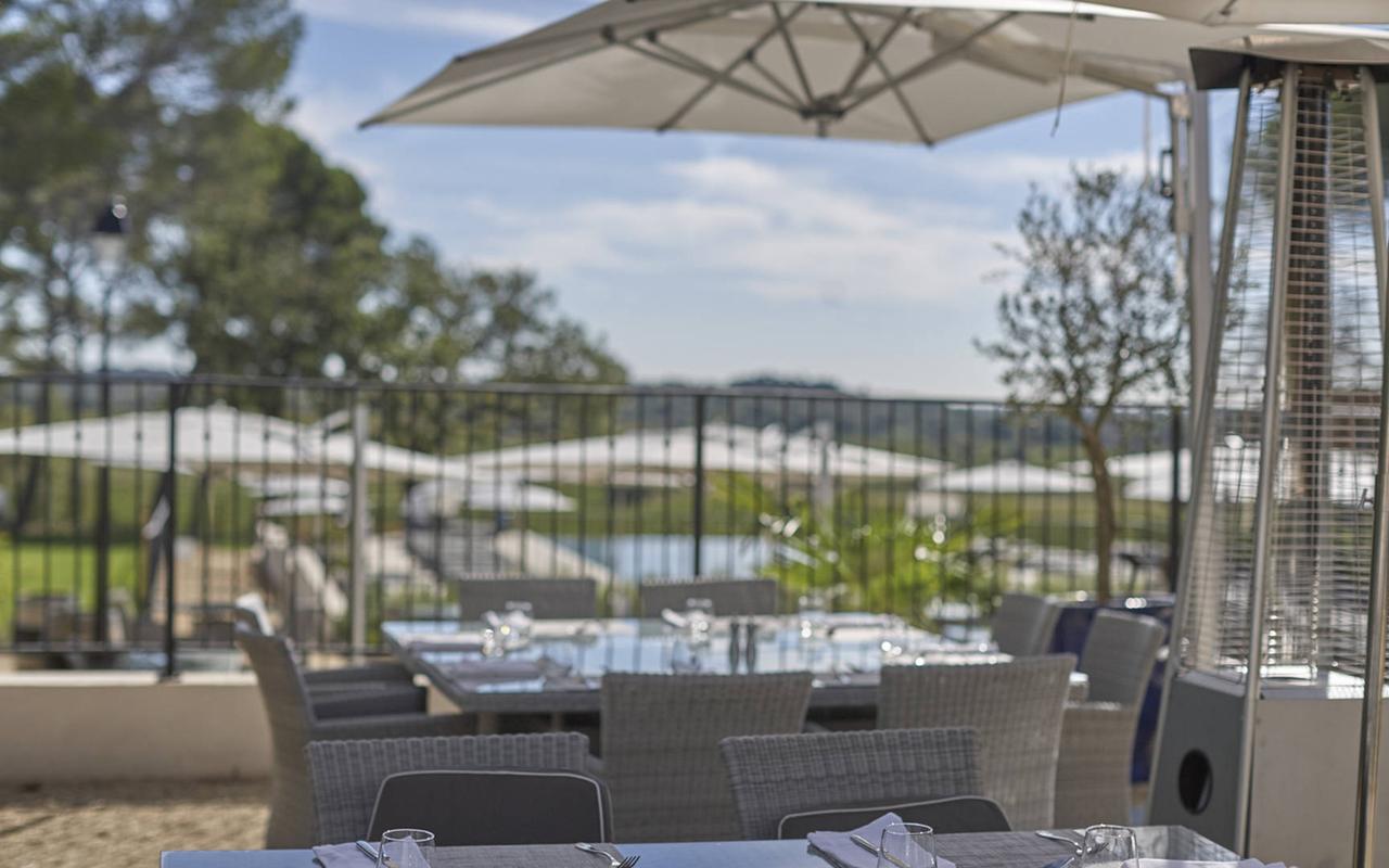 Terrasse du restaurant de notre hôtel de luxe près de Béziers, Château St Pierre de Serjac.