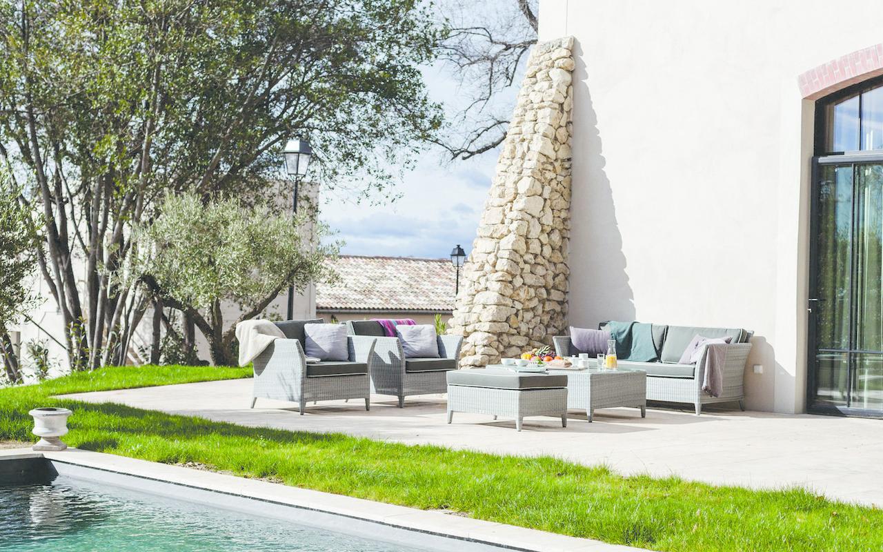 Terrasse avec piscine d'une villa privée dans notre hôtel de luxe près de Béziers, Château de Serjac.