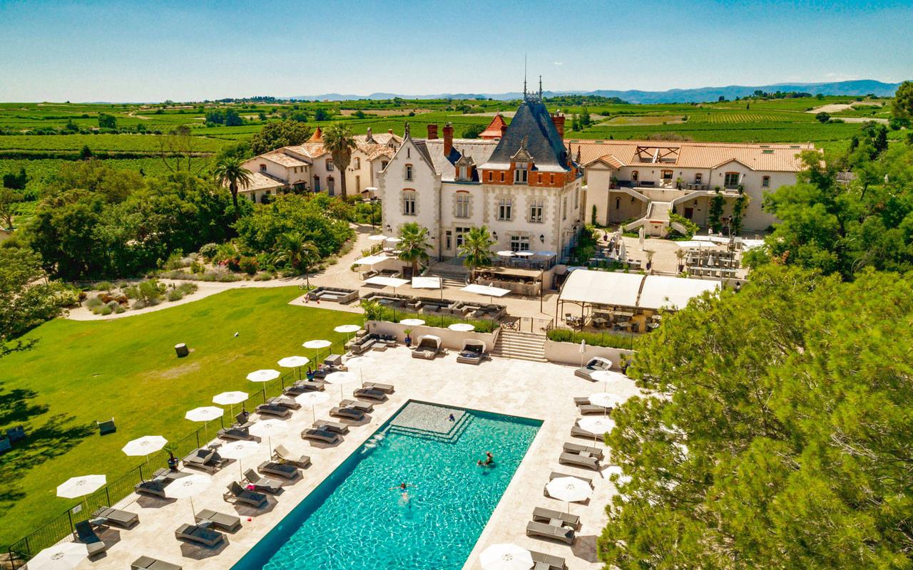 Vue aérienne du château et de la piscine, de notre hôtel spa près de Pézenas, Château St pierre de Serjac.