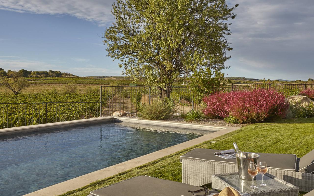 Parc avec piscine dans notre hôtel spa près de Beziers, Château de Serjac.