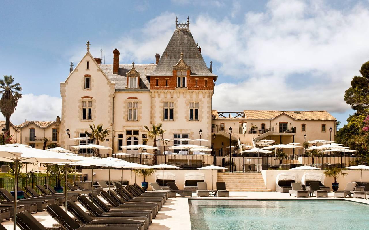 Vue du château de Serjac et de sa piscine, hôtel et spa en Occitanie.