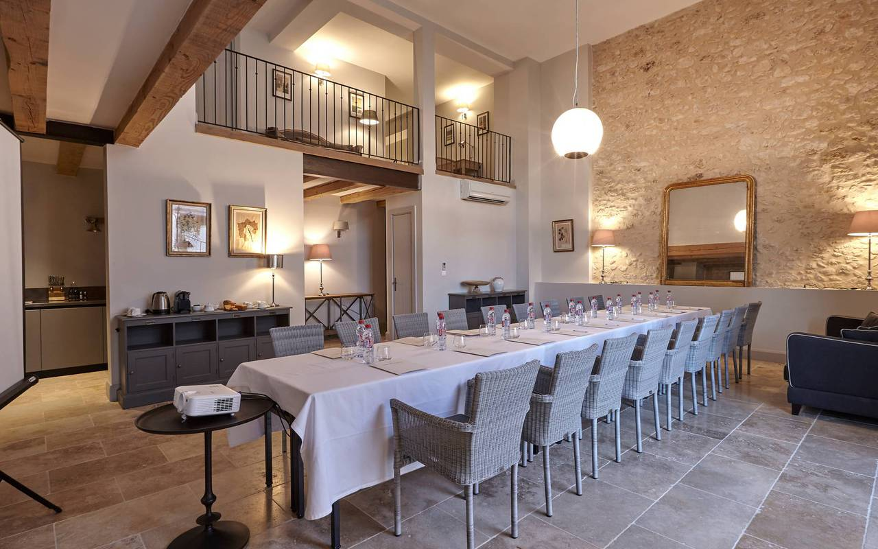 Salon avec buffet pour séminaire dans l'Hérault, au Château de Serjac.
