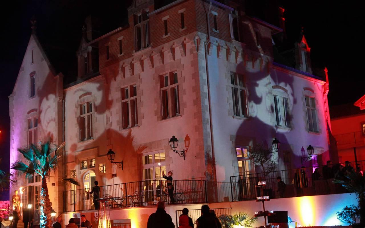 Exterieur du Château de Serjac de nuit, notre domaine pour mariage près de Béziers.