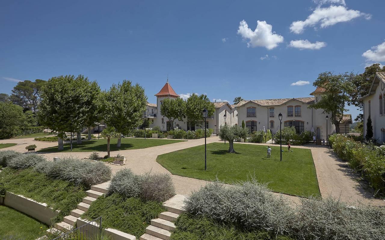 Grand parc du Château de Serjac pour une nuit insolite en famille en Occitanie.