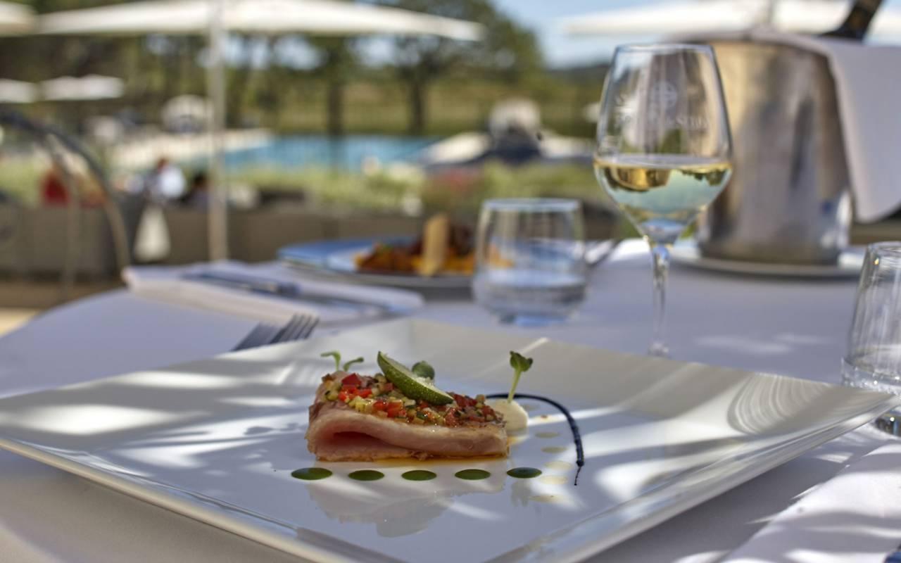 Assiette avec verre de vin, dans un château hôtel près de Pézenas, le Château de Serjac.