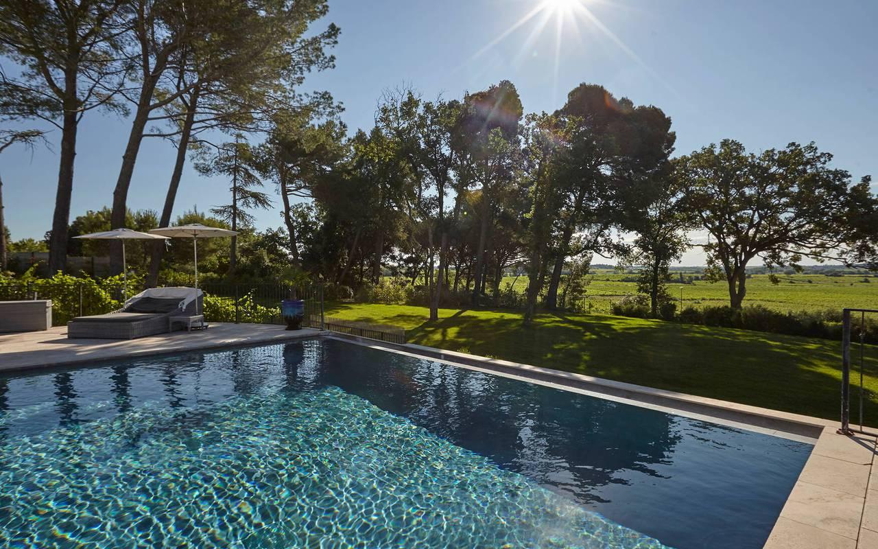Piscine dans un grand jardin arboré, dans un château hôtel près de Pézenas, le Château de Serjac.