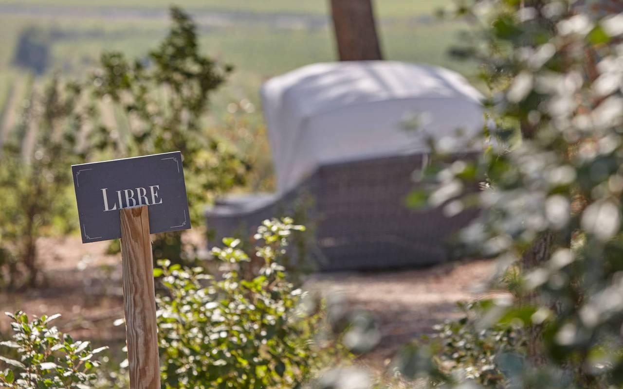 Jardin du spa avec pancarte libre, dans notre hôtel près de Béziers, le Château St Pierre de Serjac.