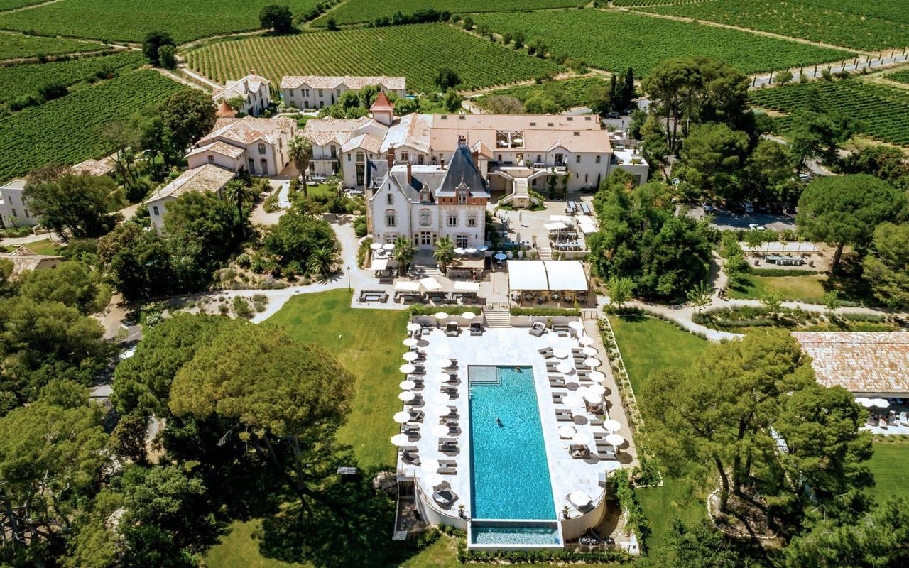 Vue aérienne du Château de Serjac, hôtel et location de villa près de Béziers.