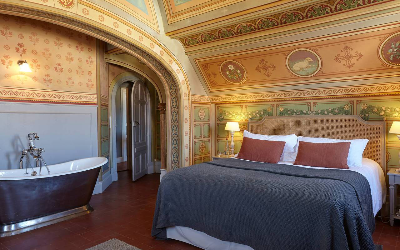 Vue de la chambre La Chapelle au décor authentique, dans notre hôtel de charme près de Béziers, le Château de Serjac.