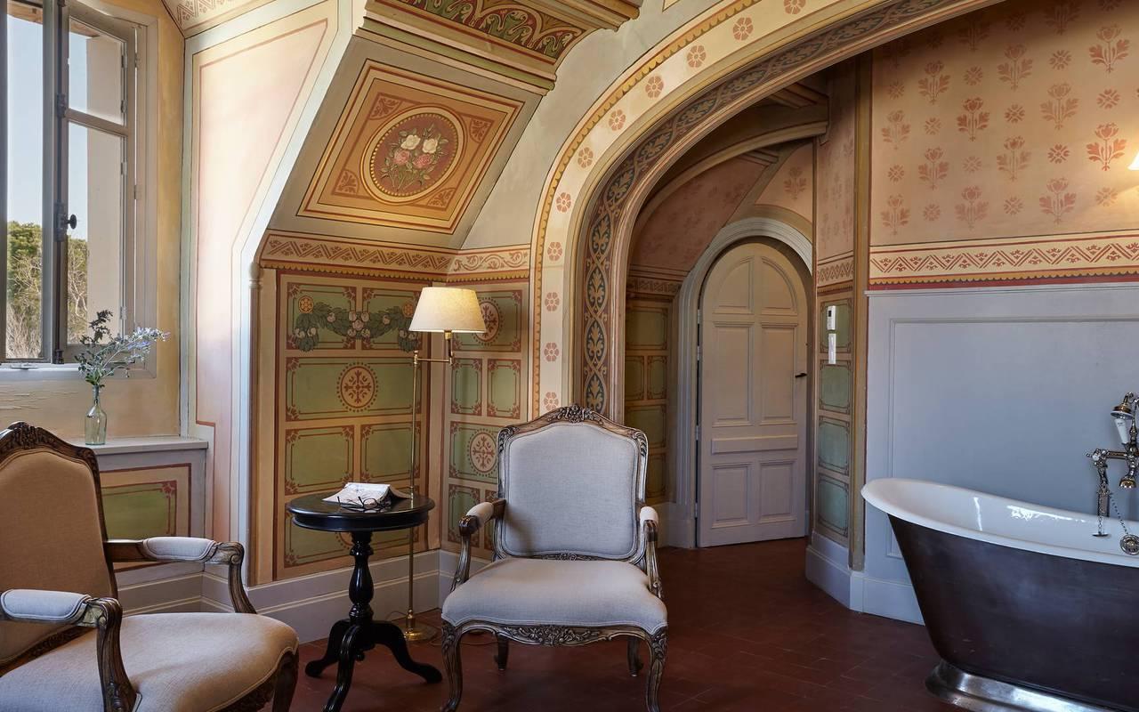 chambre élégante avec baignoire dans la pièce, dans notre hôtel de charme près de Béziers, le Château de Serjac.