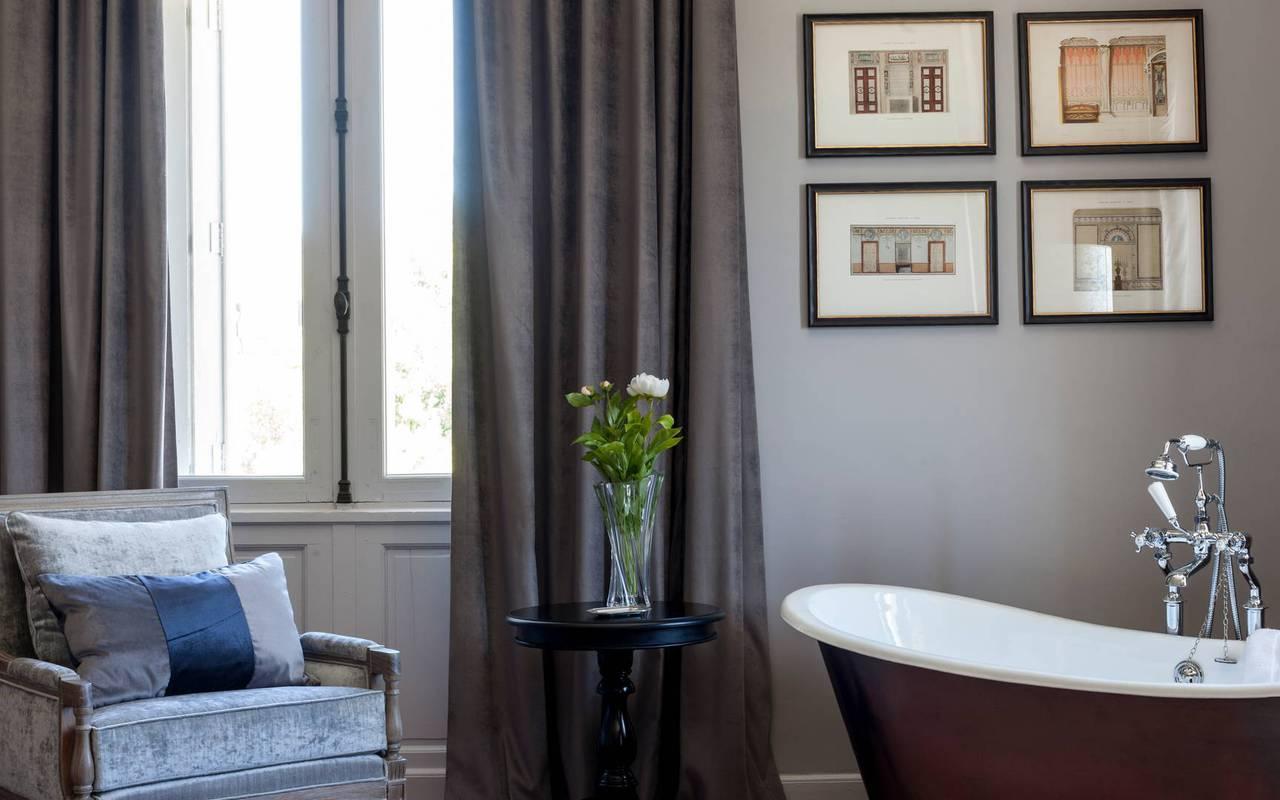 vue de la chambre Deluxe avec baignoire, dans notre hôtel de charme près de Béziers, le Château st Pierre de Serjac.