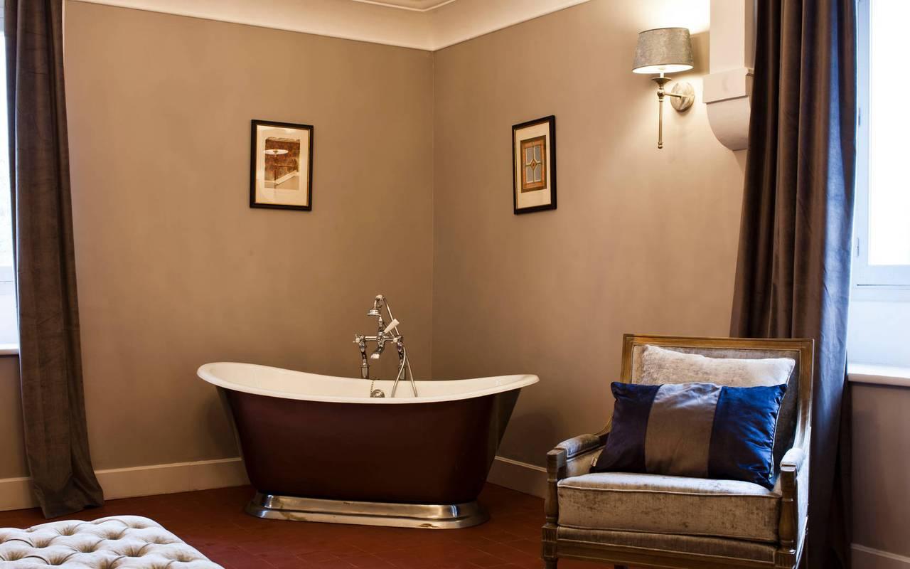 Chambre avec baignoire au mileu de la pièce, dans notre hôtel de charme près de Béziers, le Château st Pierre de Serjac.