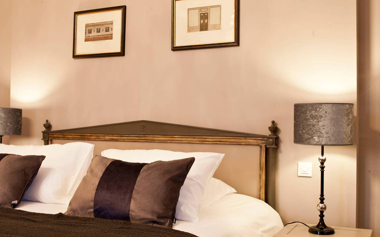 Tête de lit avec coussins de la chambre standard, dans notre hôtel de charme près de Béziers, le Château de Serjac.